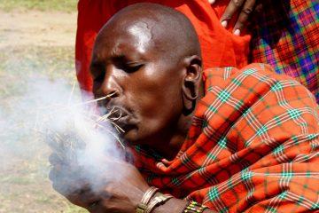 Massai-Krieger-in-Kenia-Savanne-macht-fuer-Touristen-Feuer