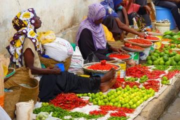 frisches Obst, Gemüse und Gewürze auf dem Markt in Mombasa