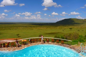 Blick über die Savanne des Tsavo Ost Nationalpark in der Voi Safari Lodge