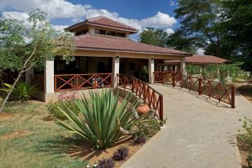 Empfangsbereich der Ashnil Aruba Lodge im Tsavo Ost Nationalpark