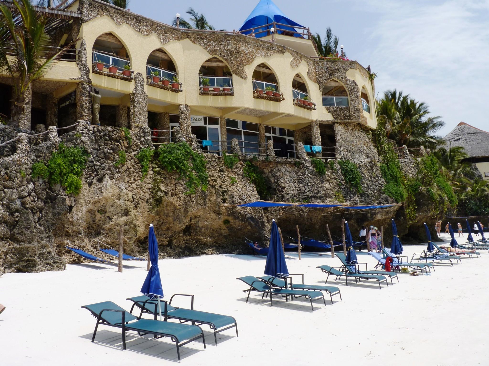 feinsandiger Strand mit Liegemöglichkeiten am Partner hotelBahari Beach