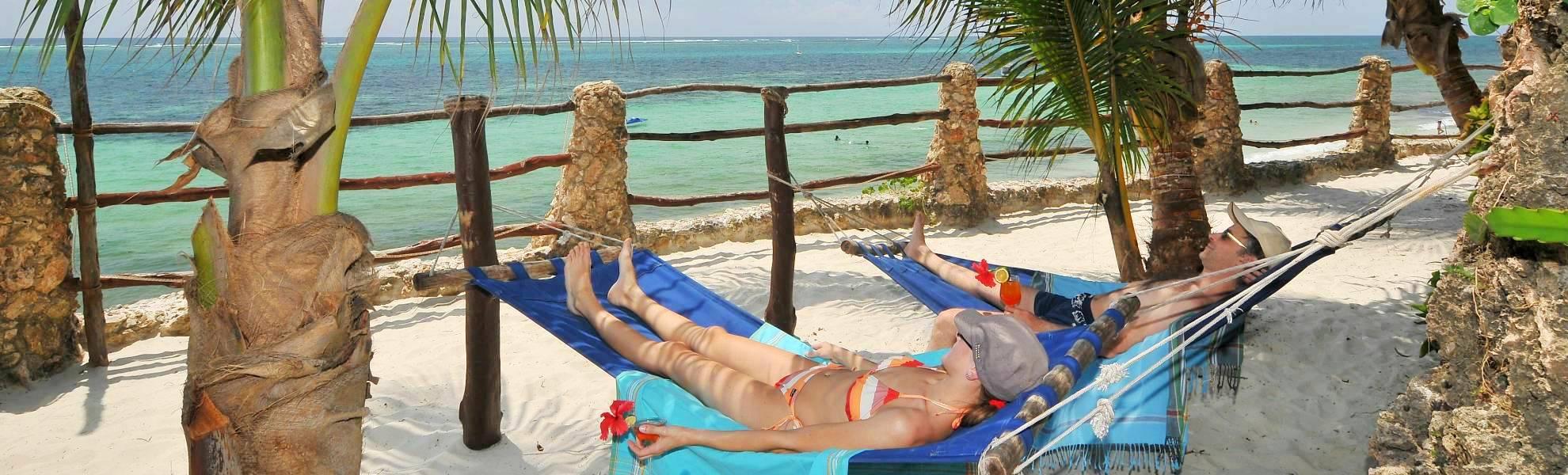Hängematten mit Blick zum Meer im Bahari Beach Hotel am Nyali Strand