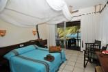 afrikanische Elemente im geschmackvoll eingerichteten Zimmer des Partnerhotels Bahari Beach Club