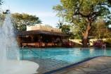 Poolanlage mit Wasserspielen im Bamburi Beach Hotel