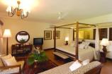 geräumiges Zimmer mit Sitzecke im Baobab Beach Resort