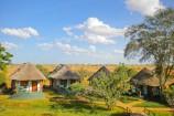 Bungalows in der Savanne im Crocodile Camp