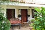 Terrasse eines Zimmers in den Diani Cottages