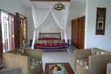 Zimmer mit Schlaf- und Wohnbereich der Diani Cottages