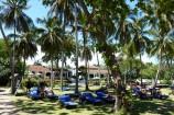 Gartenanlage mit Blick zum Haupthaus in der Diani Sea Lodge