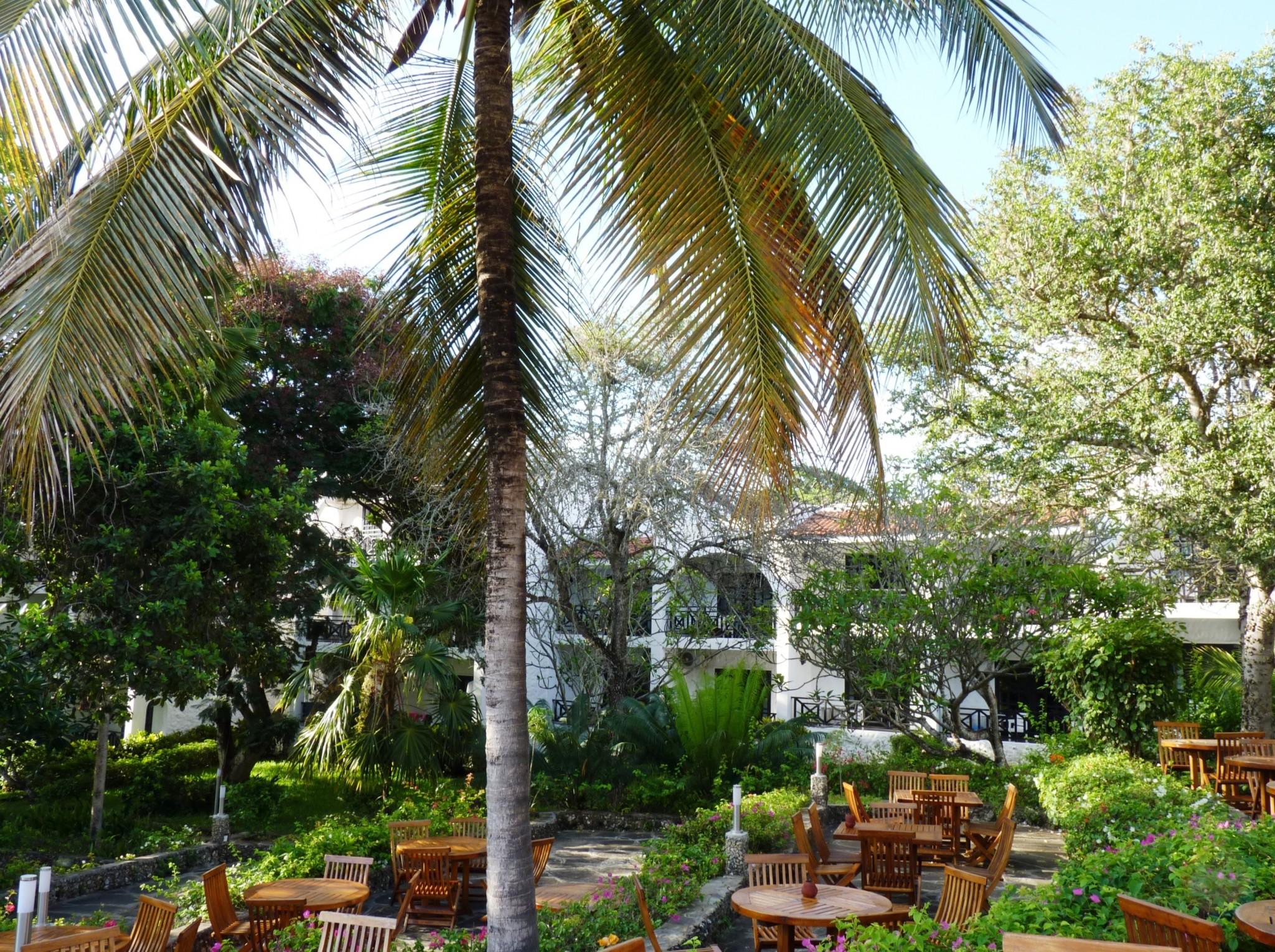 Terrasse und Anlage des Diani Sea Resorts Kenia