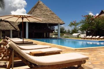 Poolbereich mit Sonnenliegen im Karafuu Beach Resort