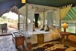 Einrichtung eines Zeltes im Kibo Safari Camp