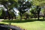Garten und Bungalows der Kilaguni Serena Lodge