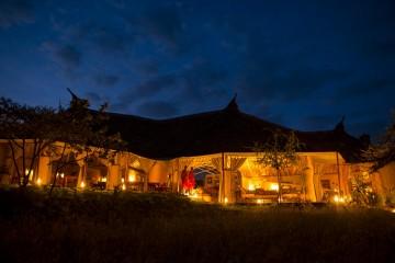 Außenansicht des Kilima Camps bei Nacht