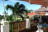 Frühstücksterrasse mit Blick über den Garten des Leopard Beach Resorts