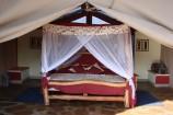 Blick in ein afrikanisch gestaltetes Zelt des Man Eaters Camps