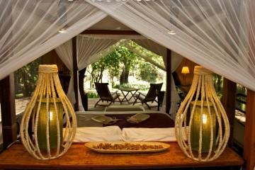 stilvoll eingerichtetes Zelt mit Blick in die Savanne im Mara Intrepids Camp