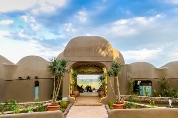 Empfangsbereich mit Blick über die Savanne in der Mara Serena Lodge