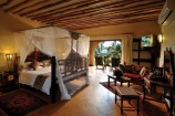 afrikanisch dekoriertes Gardenview-Zimmer im Neptune Pwani Beach Resort
