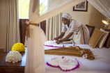 Bett einer Suite im Neptune Pwani Beach Resort