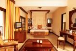 Master-Suite mit Fernseher und separatem Wohnbereich im Neptune Village Beach Resort
