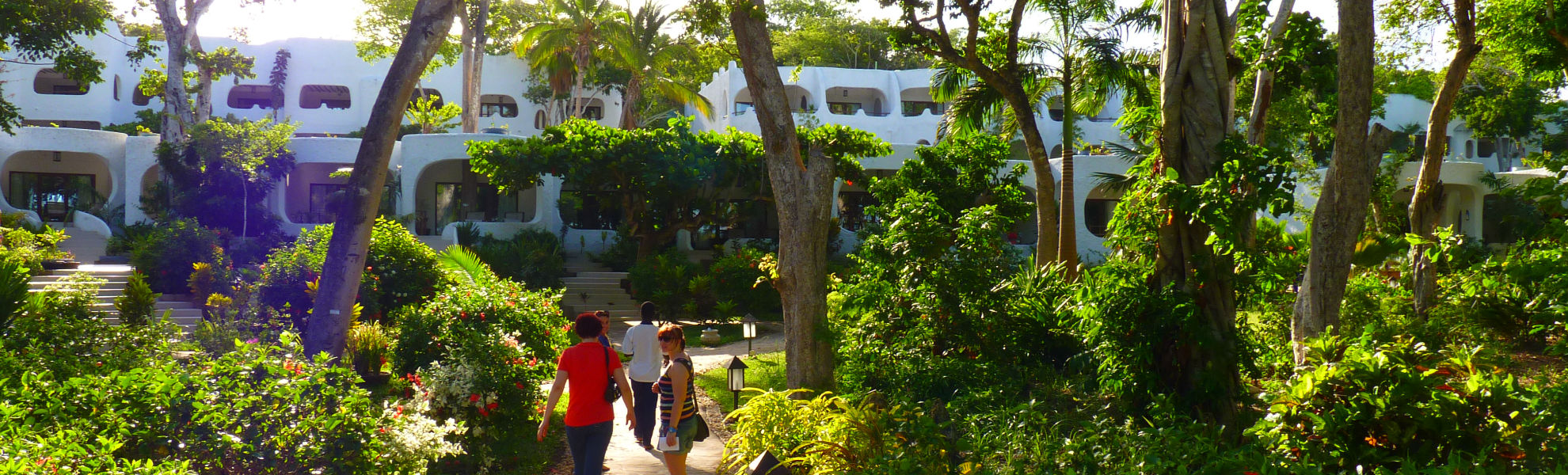 Gartenanlage des Ocean Village Beach Clubs am Diani Beach