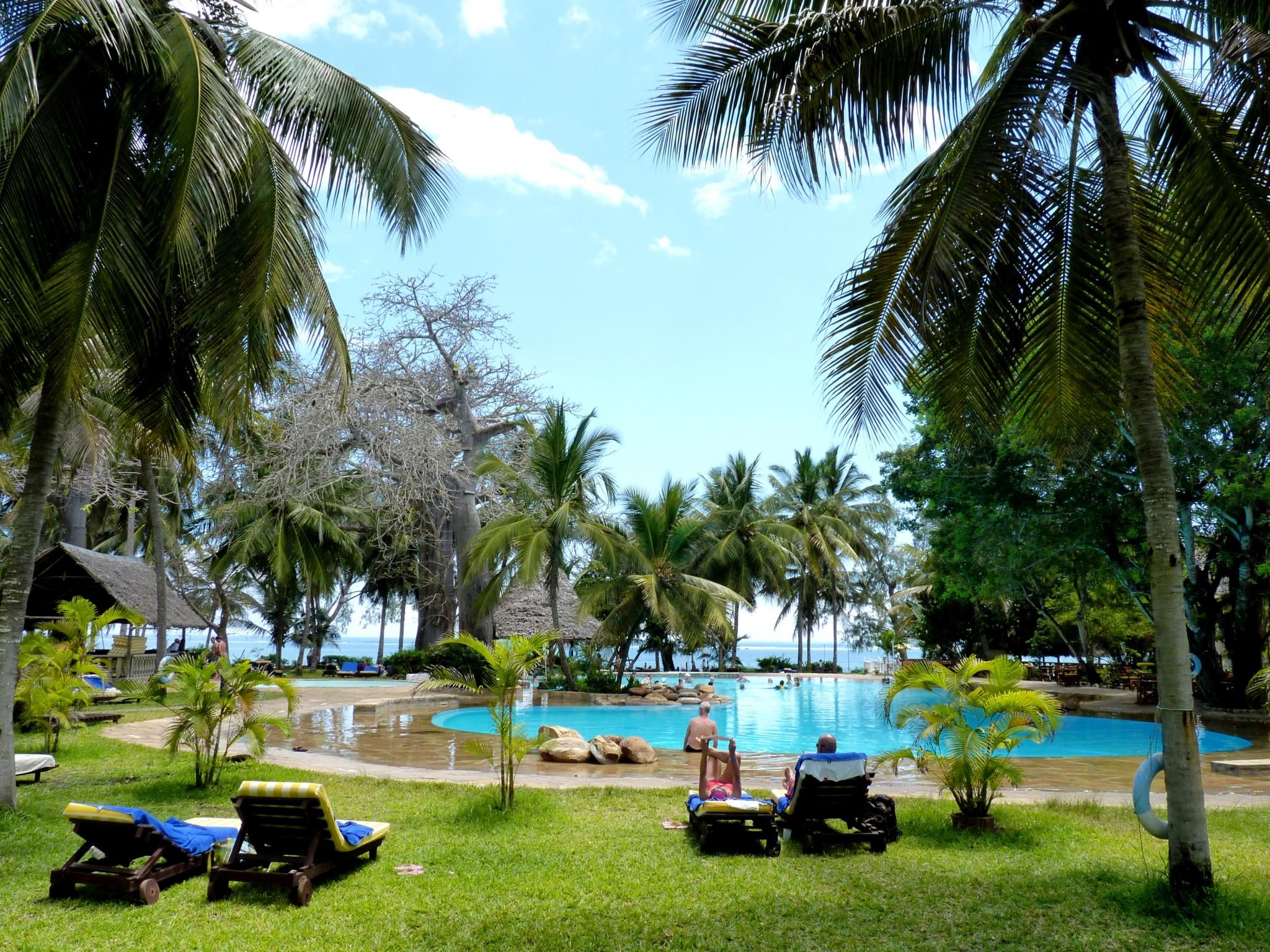 Pool- und Gartenanlage mit Baobab-Bäumen im Papillon Lagoon Reef