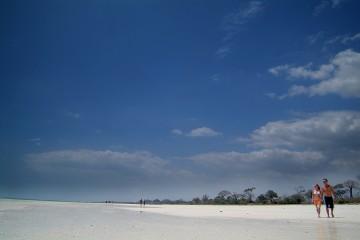 breiter weißer Sandstrand am Pinewood Beach Resort