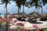 Liegewiese am Strand des Pinewood Beach Resorts