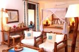 mit afrikanischen Elementen gestaltetes Zimmer im Pinewood Beach Resort