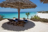 Sonnenliegen am feinsandigen Strand des Royal Zanzibar Beach Resorts