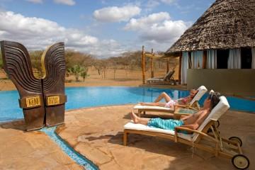 Spa-Bereich des Severin Safari Camps mit Pool und Blick in die Savanne