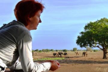 Frau Schmidt zu Besuch im Satao Camp im Tsavo Ost Nationalpark