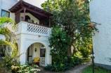 Garten mit Bungalows im Swahili Stil im Serena Beach Resort