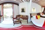 großzügige Zimmer mit freundlicher Ausstattung im Swahili Stil im Serena Beach Resort