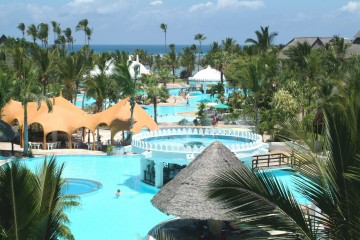 Garten und Pool mit Bars im Southern Palms Beach Resort