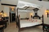 Zimmer mit Swahili-Bett und Fernseher im Southern Palms Beach Resort
