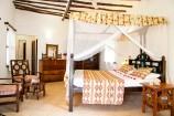 afrikanisch eingerichtetes Zimmer mit Swahili-Bett im Temple Point Resort