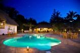 Sternenhimmel über dem Pool des Temple Point Resorts