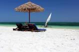 Sonnenliegen am feinsandigen Nyali Strand im Hotel The Reef