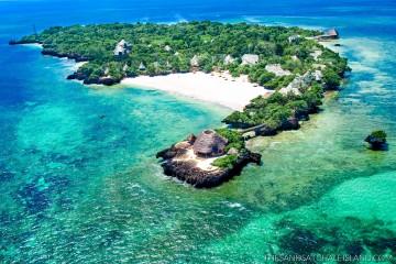 Luftbild des Hotel The Sands at Chale Island im türkisblauen Ozean