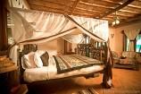 stilvoll eingerichtetes Zimmer mit afrikanischem Dekor im Hotel The Sands at Nomad