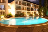 Pool bei Nacht im Travellers Beach & Club Hotel