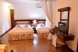 Zimmer mit TV und Schreibtisch im Travellers Beach Hotel