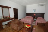 Zimmer mit Obstkorb und Sitzecke im Travellers Club Hotel