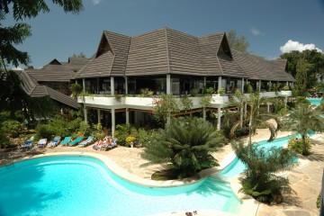 Pool und Restaurant im tropischen Garten des Travellers Beach & Club