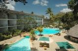 Poolbereich mit Blick zum Meer und den Zimmern im Travellers Beach Hotel