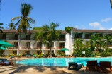 Blick über den Pool zu den Zimmern im Travellers Club Hotel