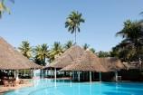 Pool und Restaurant im Neptune Village Beach Resort