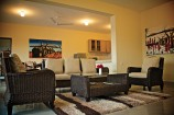 Wohnbereich einer Suite in der Voi Wildlife Lodge